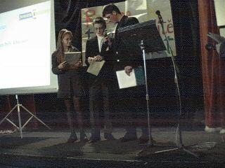 Karell Petržala rozbaluje obálku s vítězem.