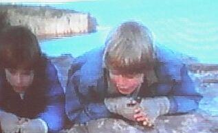 Marek s Henrym na skále nad mořem, na které se později poperou.