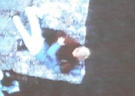 Tato rvačka na skále je na život a na smrt. Pod skálou je moře.